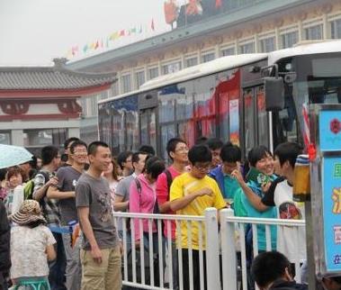 西安至华清池兵马俑公交一座难求游客排队逾百米