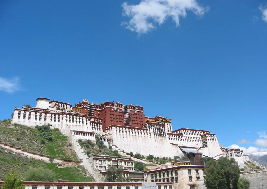 西藏布达拉宫景区旺季票价涨至200元上调一倍