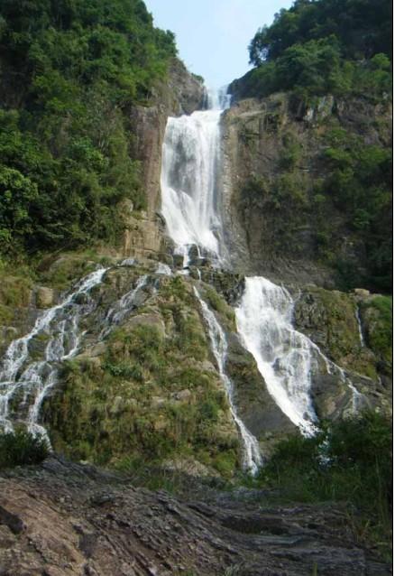 岭南第一瀑,位于岑溪市南渡镇白霜涧风景区内,处于壮丽的白霜涧瀑布与