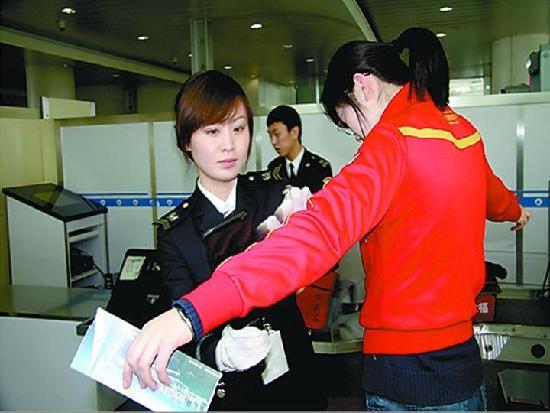 一、机场安检不过关.   今年四月在   北京   首都机场大厅里边,由于第图片