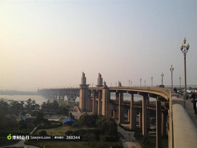 上层的公路桥长4589米,车行道宽15米,可容4辆大型汽车并行,两侧还各有2米多宽的人行道;下层的铁路桥长6772米,宽14米,铺有双轨,两列火车可同时对开。 其中江面上的正桥长1577米,其余为引桥,公路引桥采用富有中国特色的双孔双曲拱桥形式。公路正桥两边的栏杆上嵌着200幅铸铁浮雕,人行道旁还有150对白玉兰花形的路灯,南北两端各有两座高70米的桥头堡,堡内有电梯可通铁路桥、公路桥及桥头堡上的瞭望台。堡前还各有一座高10余米的工农兵雕塑。南堡下是一个风景秀丽的公园。 南京长江大桥共有9个桥墩,最高的
