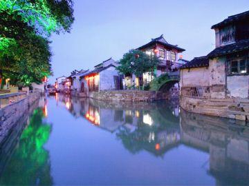 飞机场,也没有火车站,外省游客去到乌镇,必须 在周边城市,如上海,杭州