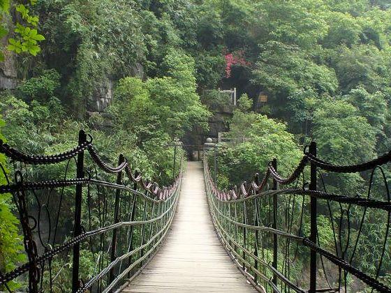 漓江风景区以桂林市为中心,北起兴安灵渠,南至阳朔,由漓江一水相连.