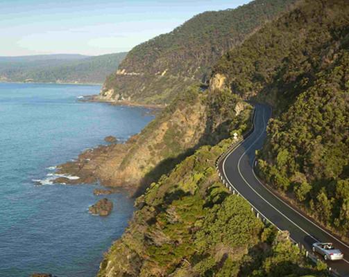 沿着世界上最棒的海边自驾路线享受变化多端的风景,鲜明的对比和壮观